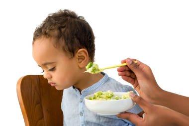 أسباب رفض الرضع و الأطفال للطعام و حيل لحثهم على تناول طعام مغذى و مفيد